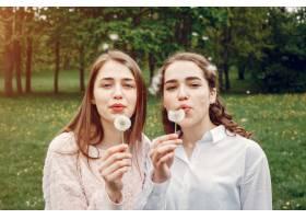 春天公园里优雅时髦的姐妹们_5252735