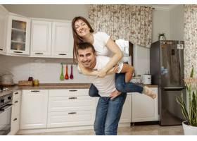 有趣的情侣在厨房摆姿势_6363769