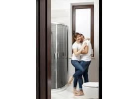 有趣的情侣在浴室接吻_6363671