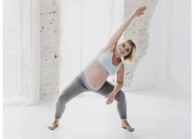 正面漂亮的孕妇在锻炼身体_5594278