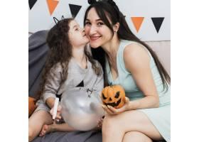 母亲与女儿度过了快乐的时刻_5480718