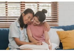 年轻的女同性恋LGBTQ亚洲女性情侣在家中拥_5503758