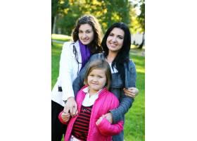 年轻的家庭健康地漫步在秋季公园_6285941