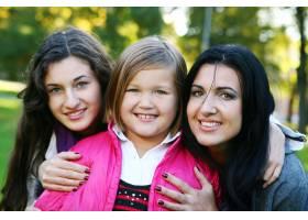 年轻的家庭健康地漫步在秋季公园_6285942