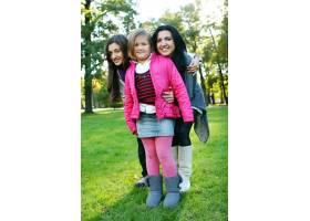 年轻的家庭健康地漫步在秋季公园_6285944