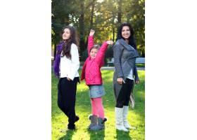 年轻的家庭健康地漫步在秋季公园_6285945