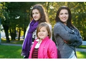 年轻的家庭健康地漫步在秋季公园_6285947