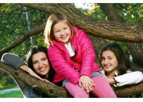 年轻的家庭健康地漫步在秋季公园_6285948
