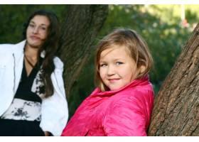年轻的家庭健康地漫步在秋季公园_6285950