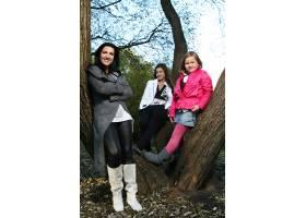 年轻的家庭健康地漫步在秋季公园_6285951