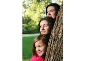 年轻的家庭健康地漫步在秋季公园_6285953