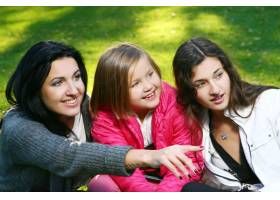 年轻的家庭健康地漫步在秋季公园_6285956