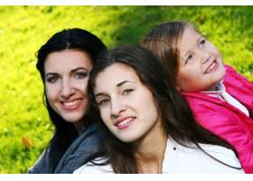年轻的家庭健康地漫步在秋季公园_6285957