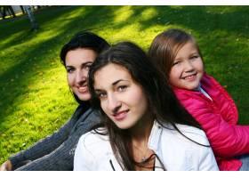 年轻的家庭健康地漫步在秋季公园_6285958