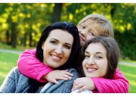 年轻的家庭健康地漫步在秋季公园_6285960