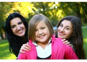年轻的家庭健康地漫步在秋季公园_6285961