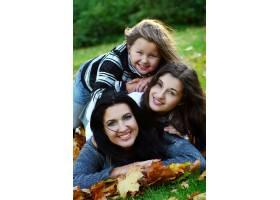 年轻的家庭健康地漫步在秋季公园_6285965