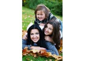 年轻的家庭健康地漫步在秋季公园_6285967