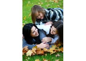 年轻的家庭健康地漫步在秋季公园_6285968