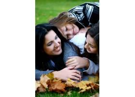 年轻的家庭健康地漫步在秋季公园_6285969