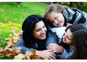 年轻的家庭健康地漫步在秋季公园_6285970