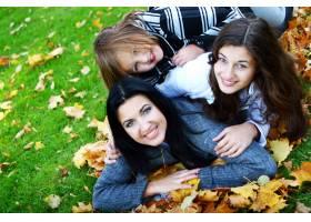 年轻的家庭健康地漫步在秋季公园_6285971