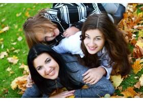年轻的家庭健康地漫步在秋季公园_6285972