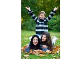 年轻的家庭健康地漫步在秋季公园_6285973