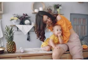 妈妈在家里带着小女儿玩耍_5909698