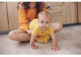 妈妈在家里带着小女儿玩耍_5909704