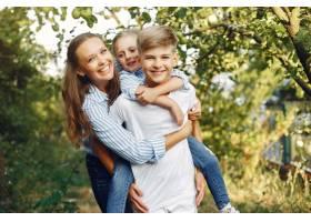 妈妈带着可爱的孩子在春天的公园里_5909731