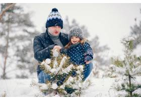 小女孩和父亲在冬季公园里玩耍_5909799