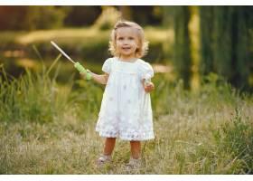 可爱的小女孩在公园里玩耍_5710977