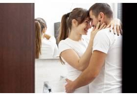 可爱的年轻夫妇在浴室拥抱_6363790