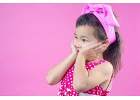 可爱的年轻女孩穿着红色条纹衬衫头上系着_5603388