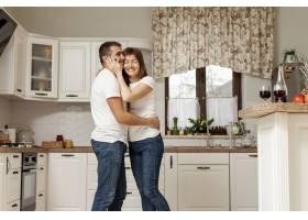 可爱的情侣在厨房拥抱_6363593