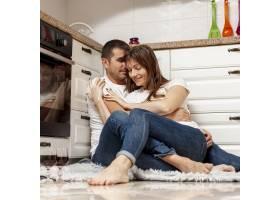 可爱的情侣在厨房拥抱_6363599