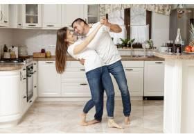 可爱的情侣在厨房跳舞_6363788
