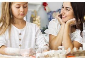 可爱的母女在做饭_5809733