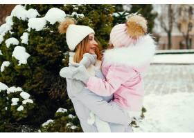 冬日公园里的母女俩_5558672