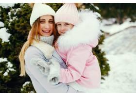 冬日公园里的母女俩_5558681