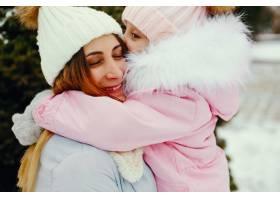 冬日公园里的母女俩_5558685
