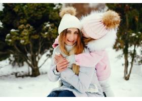 冬日公园里的母女俩_5558699