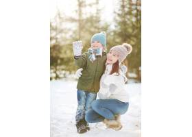 冬日公园里的母子俩_5406815