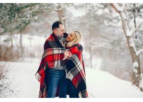 冬日公园里的美女和她的丈夫_5909777