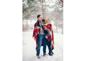 冬日公园里的美女和她的丈夫_5909778