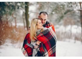 冬日公园里的美女和她的丈夫_5909781