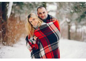 冬日公园里的美女和她的丈夫_5909782