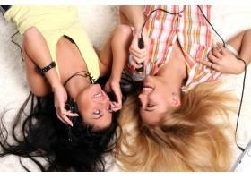 两个年轻漂亮的姐妹_6285804
