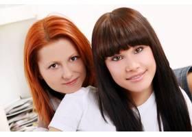 两个年轻漂亮的姐妹_6285900